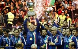 در طول تاریخ ۴۴ سال اخیر پیکارهای جام جهانی کشتی آزاد، ۱۵ قهرمانی به نام اتحاد جماهیر شوروی (قبل از فروپاشی) نوشته شده و ۱٣ قهرمانی برای آمریکا رقم خورده است. پس از این دو کشور پیشتاز و پیشگام در رقابت های جام جهانی، کشورهای ایران با هفت بار، روسیه با شش بار، جمهوری آذربایجان با دو بار و کوبا یک مرتبه قهرمان جام جهانی شده اند.